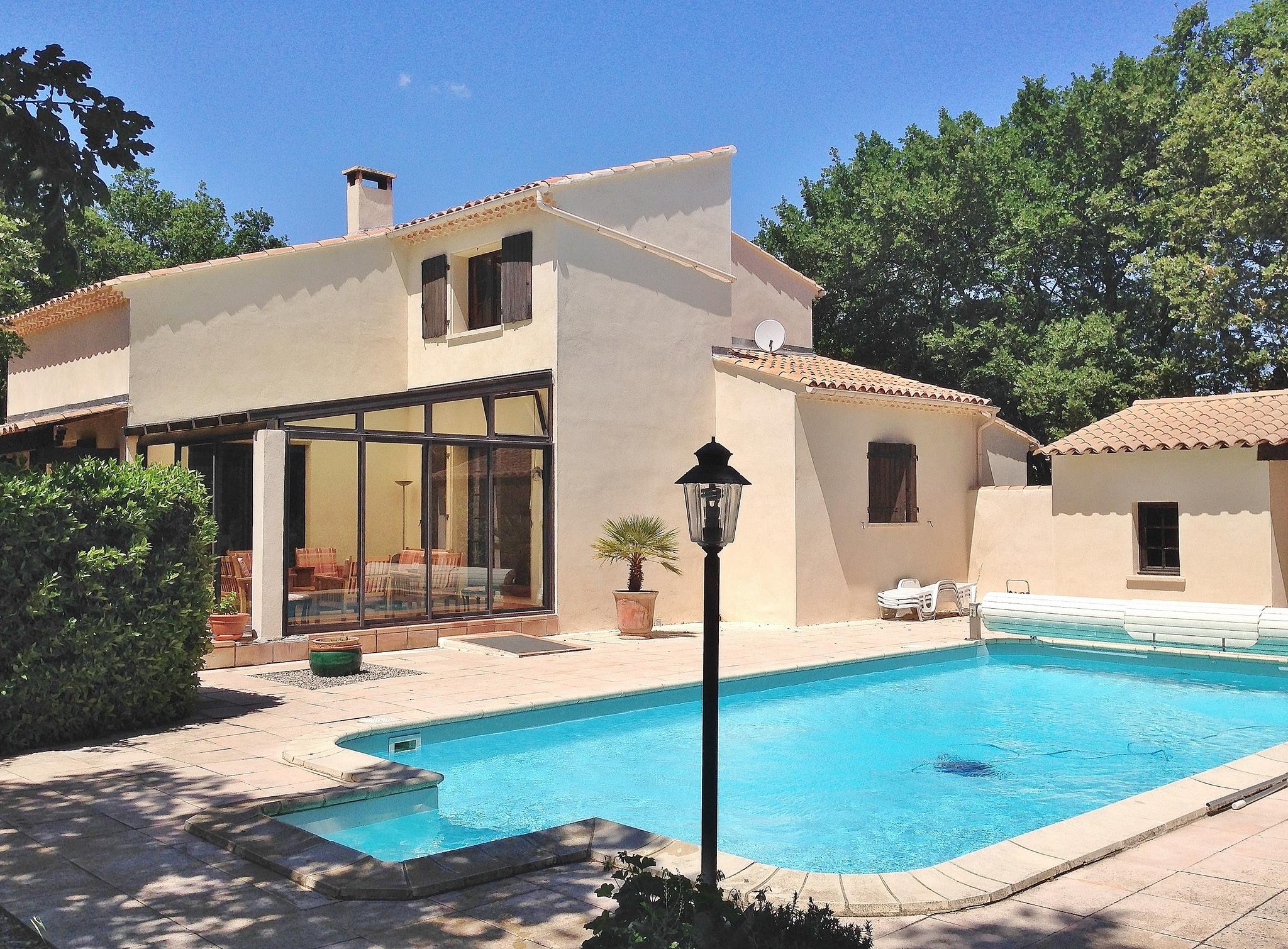 Location en provence villa li roure for Location villa salon de provence